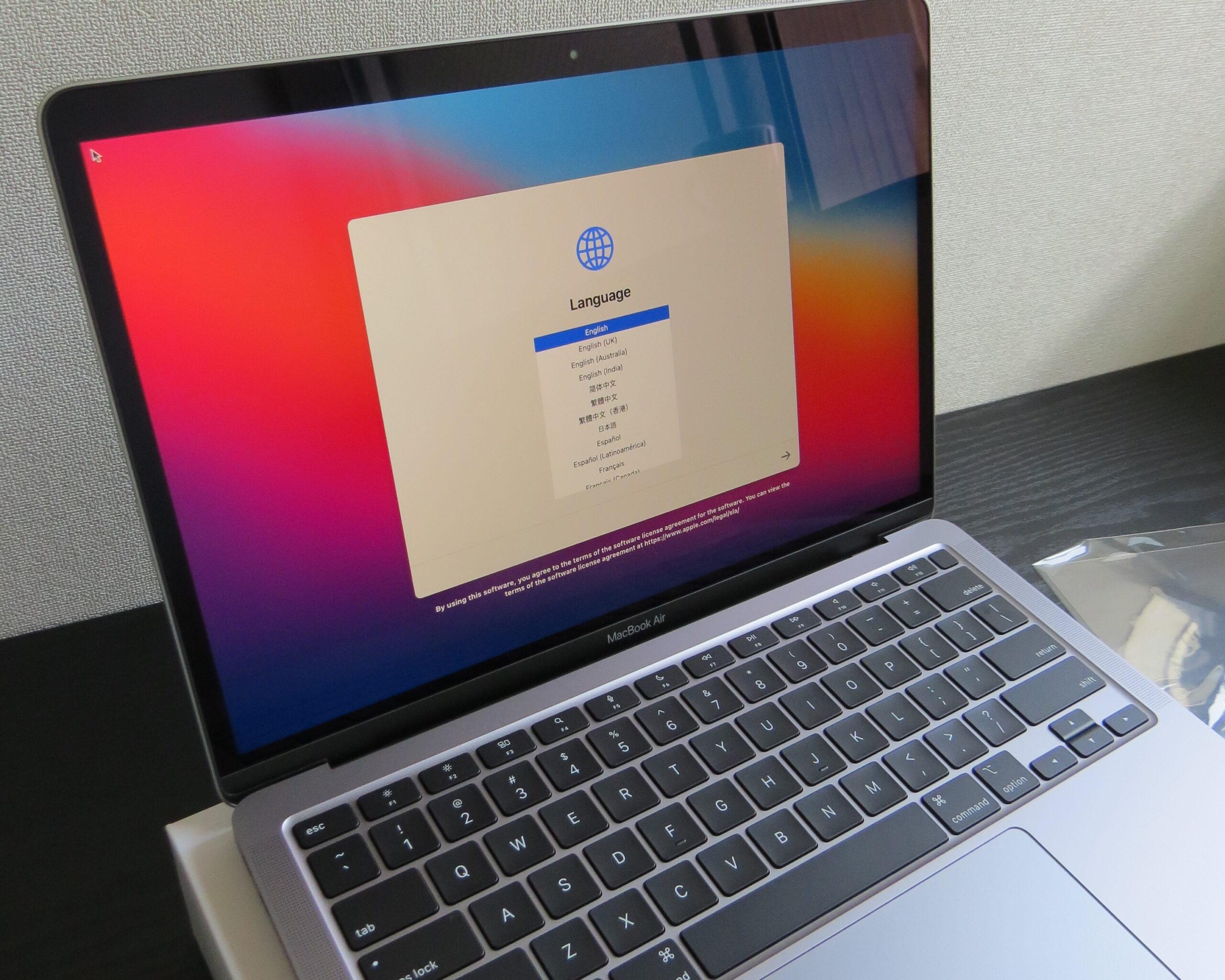 アンチグレアフィルムを貼る前のMacBook